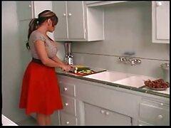 ella chupa su pillados videos caseros gran polla en un uniforme rosa.
