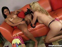 Joven se pega los dedos videos pornos caseros de pilladas desnudos.